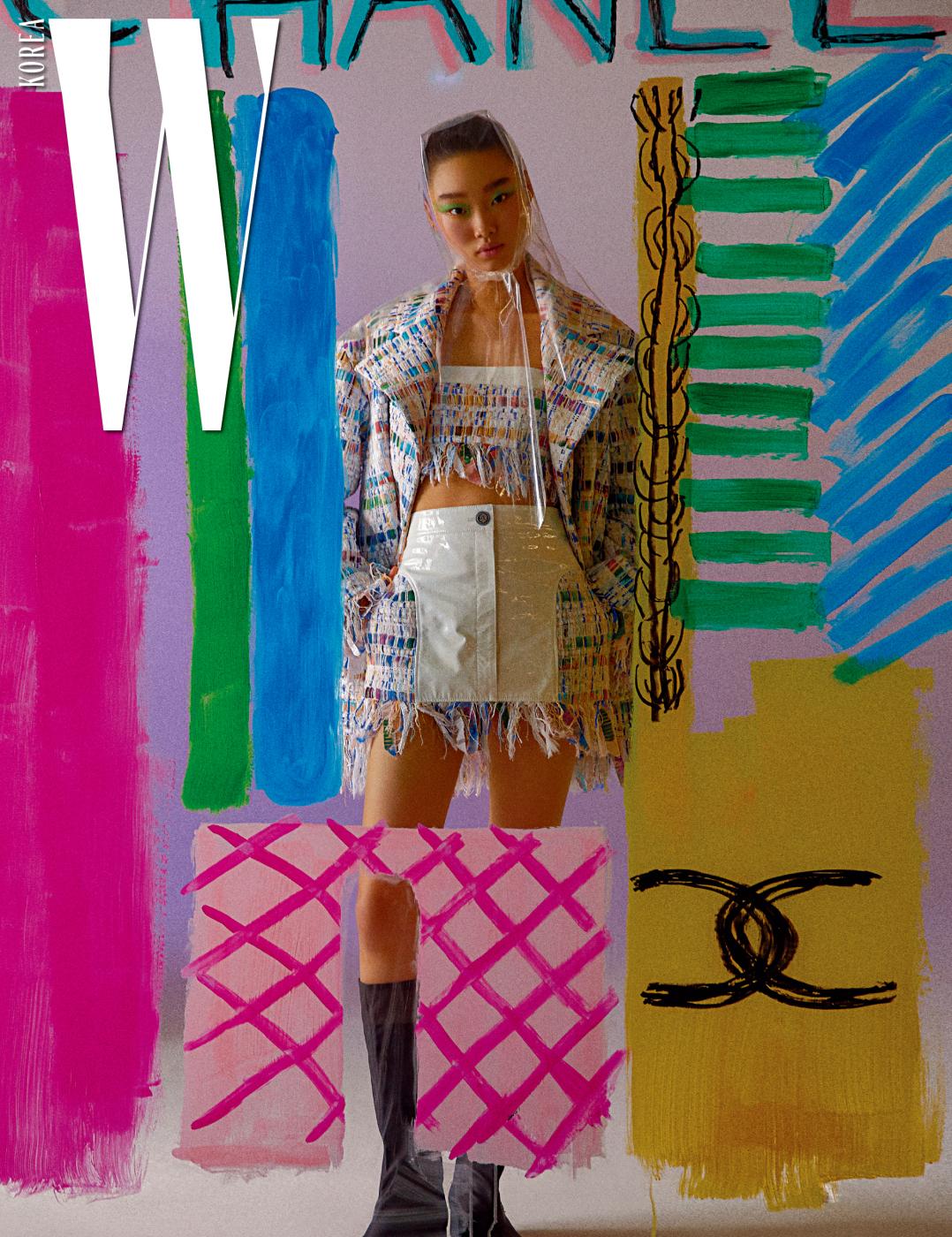 컬러풀한 원단의 트위드 재킷과 튜브톱, 페이턴트가 조합된 트위드 스커트, 검은색 부츠는 모두 Chanel 제품.