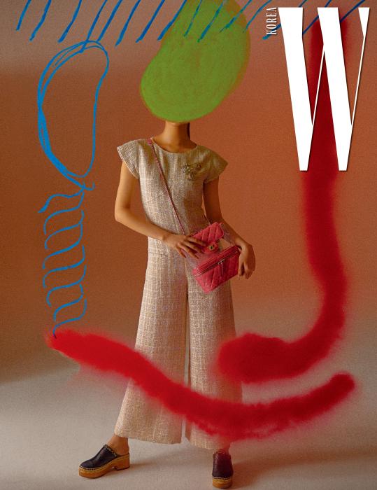 베이지색 트위드 소재 점프슈트, 가슴에 달린 로고 브로치, 핑크색 퀼팅 페이턴트 가죽 비닐 백, 체인 장식의 퀼팅 가죽 크로그 슈즈는 모두 Chanel 제품.