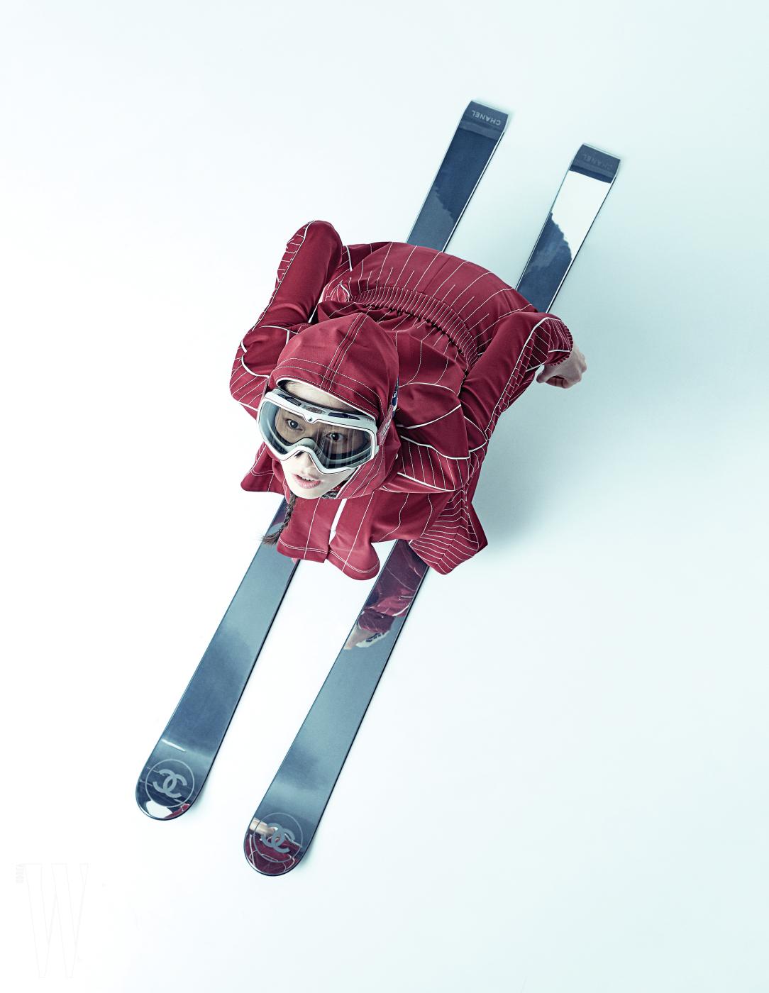 트레이닝 스타일의 원피스는 발렌티노 제품, 4 백56만원. 장식용 스키는 샤넬 제품, 가격 미정. 고글은 에디터 소장품.