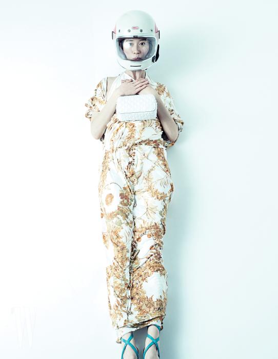 실크 소재의 월계수 무늬 패턴 가운과 글래디에이터 슈즈는 샤넬 제품. 모두 가격 미정. 헬멧은 에디터 소장품.
