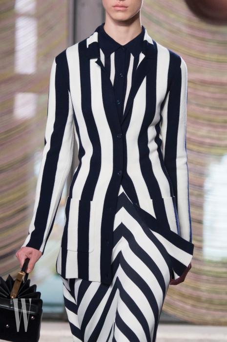 아우터, 셔츠, 스커트에 각기 다른 앵글의 줄무늬를 사용한 가브리엘라 허스트.