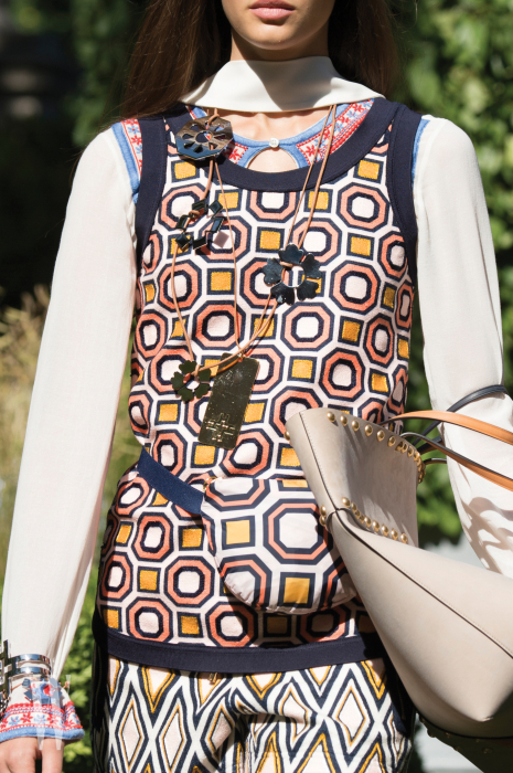 패턴 온 패턴! 니트와 팬츠, 패니팩에 각각 다른 도형을 얹어 묘한 조합을 이룬 앙상블.