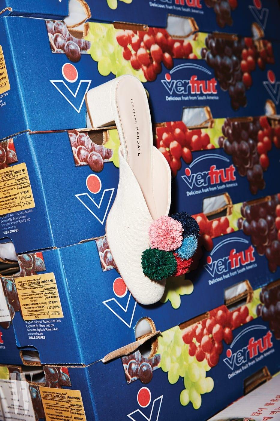 포도 상자에 걸린 컬러풀한 폼폼 장식 뮬은 로플러 렌달 제품. 69만8천원.