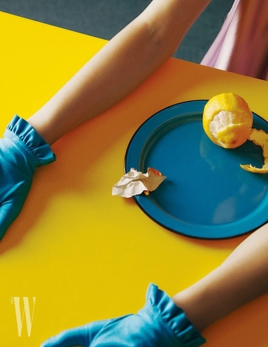 실크 드레스, 타이츠, 핫 핑크 컬러 뮬, 알파벳 B 귀고리와 장갑은 모두 Balenciaga 제품.