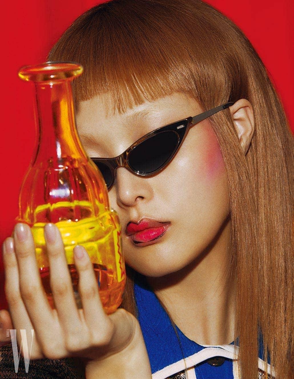 선글라스는 Louis Vuitton, 파란색 칼라 장식 톱은 N21 제품.