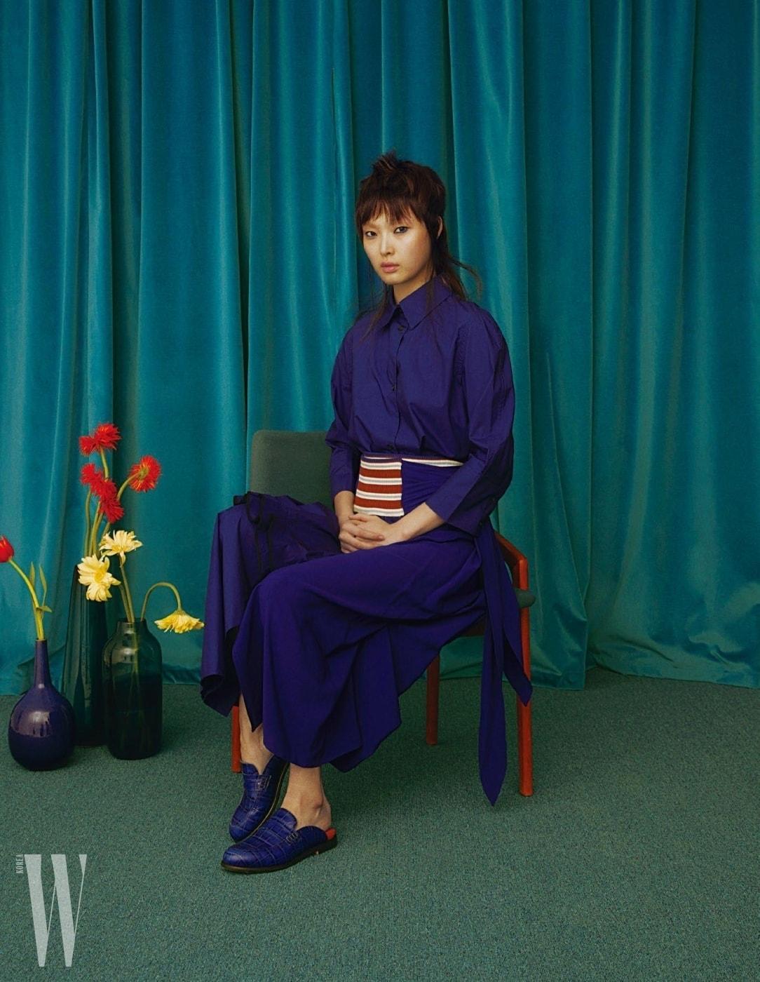 파란색 셔츠와 줄무늬 밴드 장식 랩스커트는 Marni, 슈즈는 Loewe 제품.