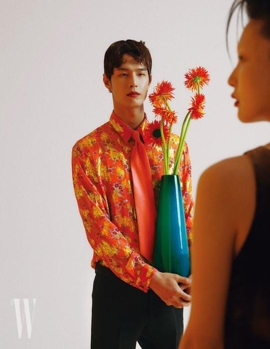 꽃 자수 장식 셔츠와 타이, 팬츠는 모두 Gucci 제품.
