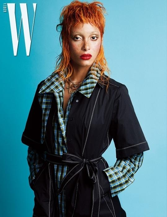 이너로 연출한 체크 프린트 레인코트와 허리를 묶어 실루엣을 강조한 스티치 장식의 랩 드레스는 Burberry 제품.