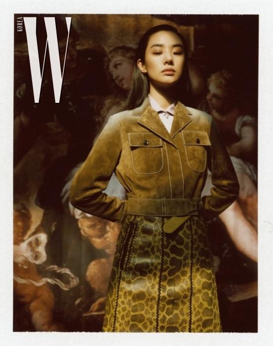 밀리터리풍 스웨이드 소재 재킷, 파이톤 소재의 A라인 스커트, 라일락 컬러 실크 셔츠는 모두 Bottega Veneta 제품.