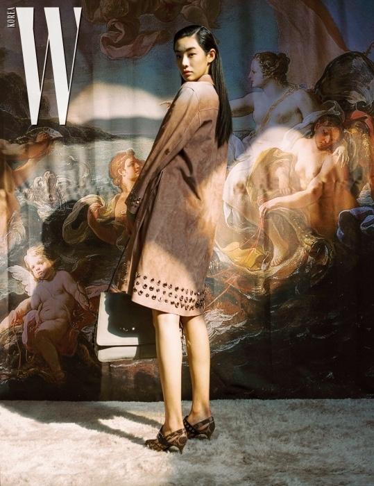 펀칭 장식의 인디언 핑크 그러데이션 컬러 코트, 플랫 메리제인 슈즈, 반짝이는 미러 주얼 장식과 앞면에 플랩을 더한 팔리오 나파 메신저 백은 모두 Bottega Veneta 제품.