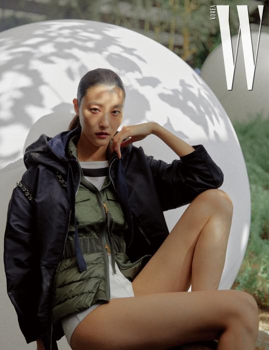 줄무늬 톱과 니트 쇼츠, 허리가 강조된 밀리터리풍 베스트와 주얼 장식 후디 점퍼는 모두 Moncler 제품.