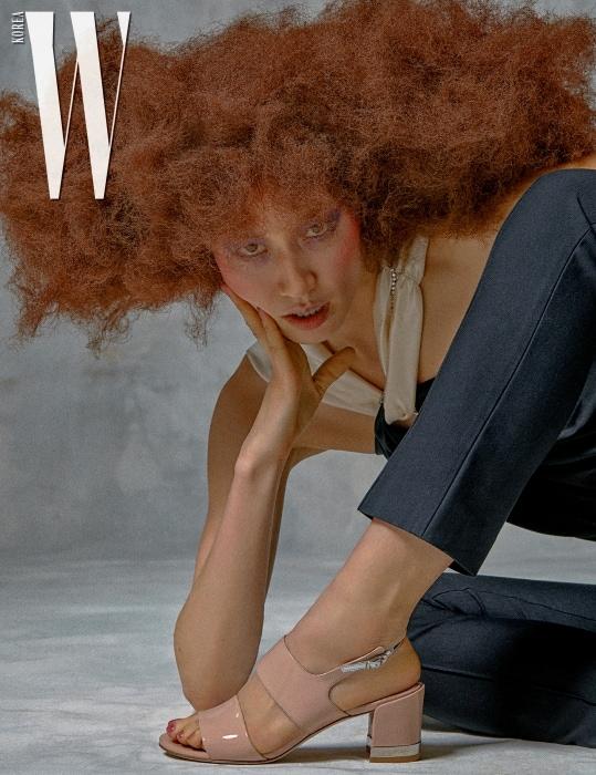 페이턴트가죽샌들은 Stuart Weitzman 제품. 홀터넥디자인톱과검정색 팬츠는 Fleamadonna 제품.