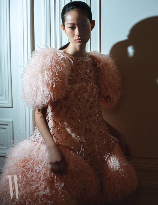 볼륨감이 돋보이는 비즈 장식 깃털 드레스는 Chanel Couture 제품.