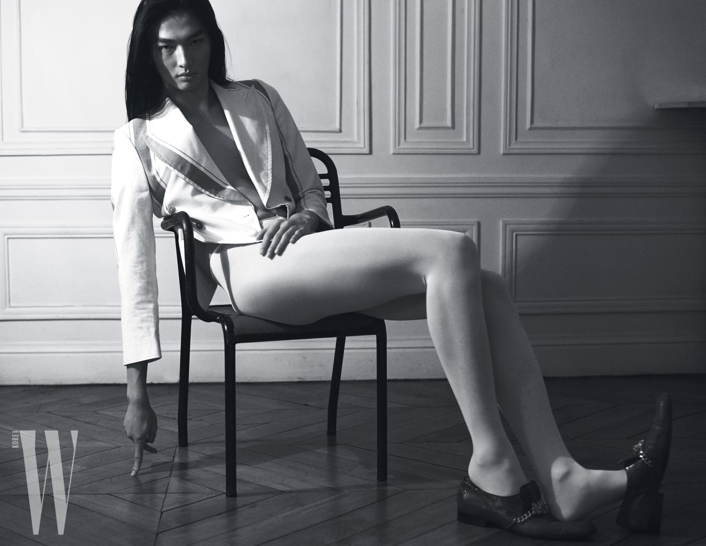 라펠이 넓은 줄무늬 재킷은 Vivienne Westwood, 중세풍 슈즈는 Koche 제품.
