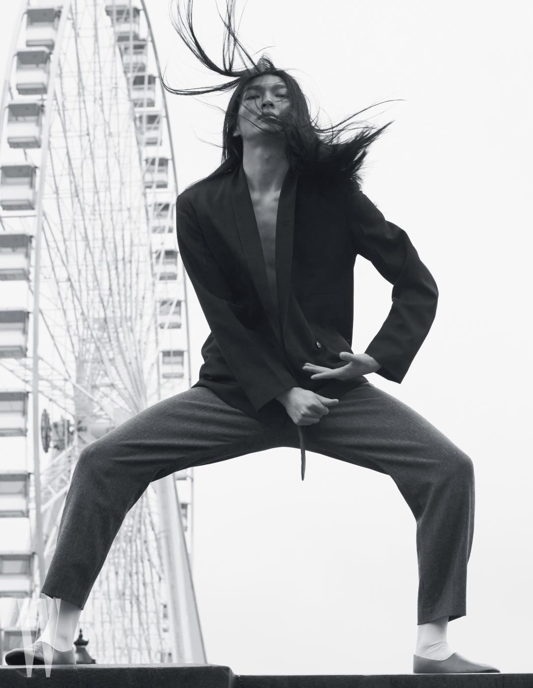 검은색 턱시도 재킷과 회색 팬츠는 Lemaire 제품.