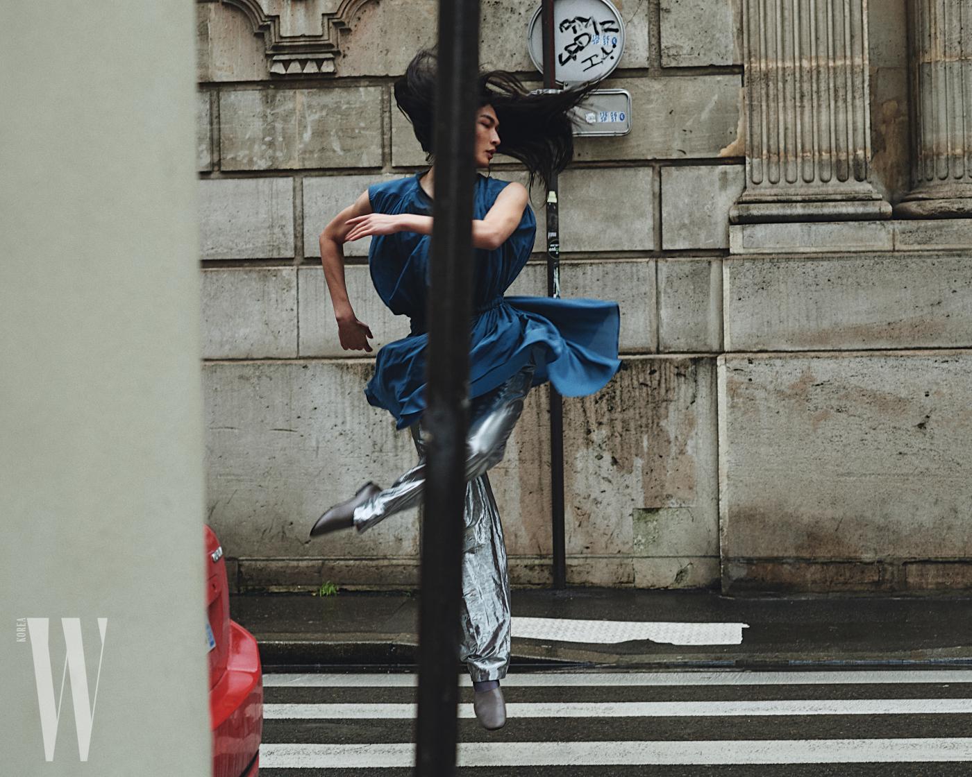 청록색 주름 드레스와 슈즈는 Lemaire, 자연스러운 구김이 멋진 은색 팬츠는 Sean Suen 제품.