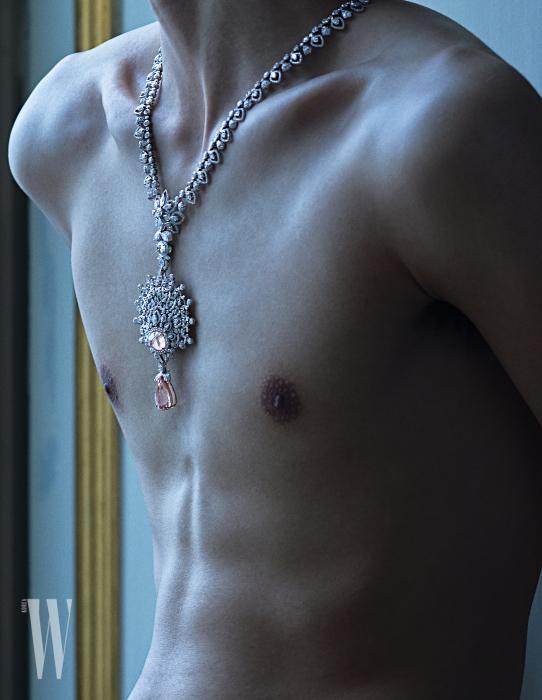 러시아 전통 머리 장식인 코코시니크에서 영감 받아 만든 이국적인 다이아몬드 목걸이는 Chaumet 제품.