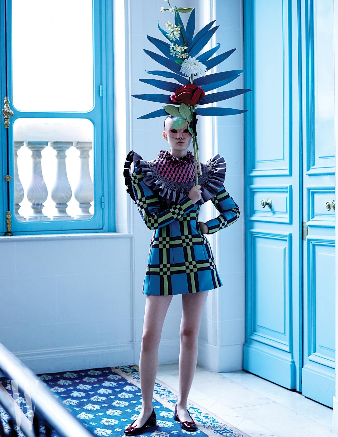 그래픽 무늬의 미니 드레스와 꽃으로 만든 가면은 Viktor & Rolf, 빨강 페이턴트 플랫 슈즈는 Repetto 제품.