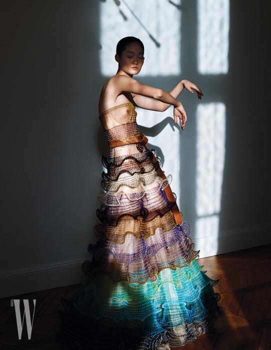 구슬을 알알이 꿰어 만든 러플 드레스와 송치 소재 벨트는 Schiaparelli 제품.