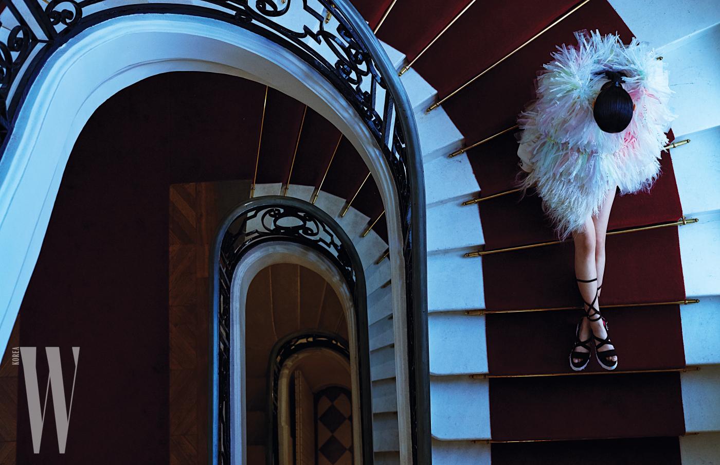 원시적인 느낌의 라피아 톱과 글래디에이터 슈즈는 Schiaparelli 제품.