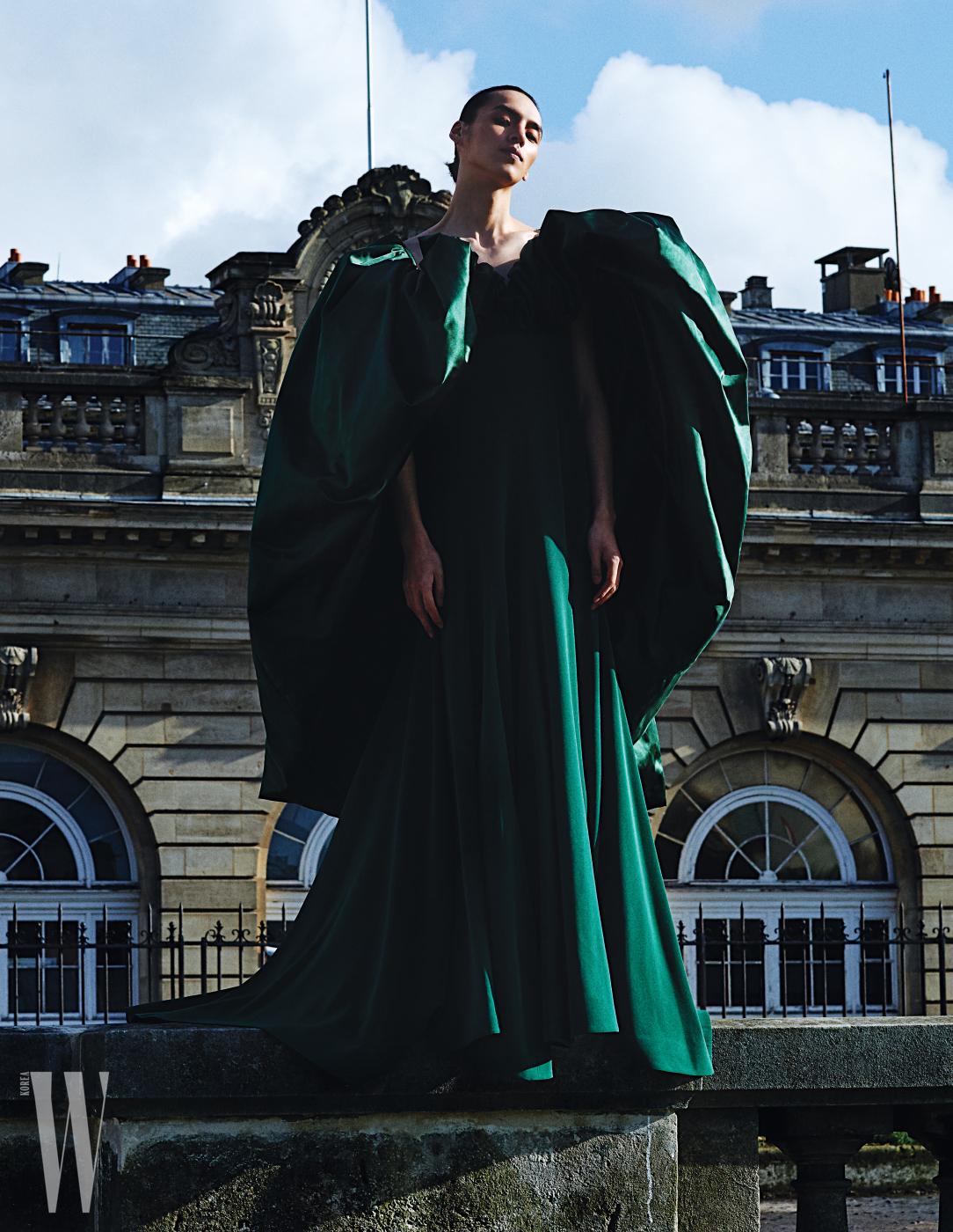 큼직한 셔링 팔 장식이 특징인 청록빛 드레스는 Alexis Mabille 제품.