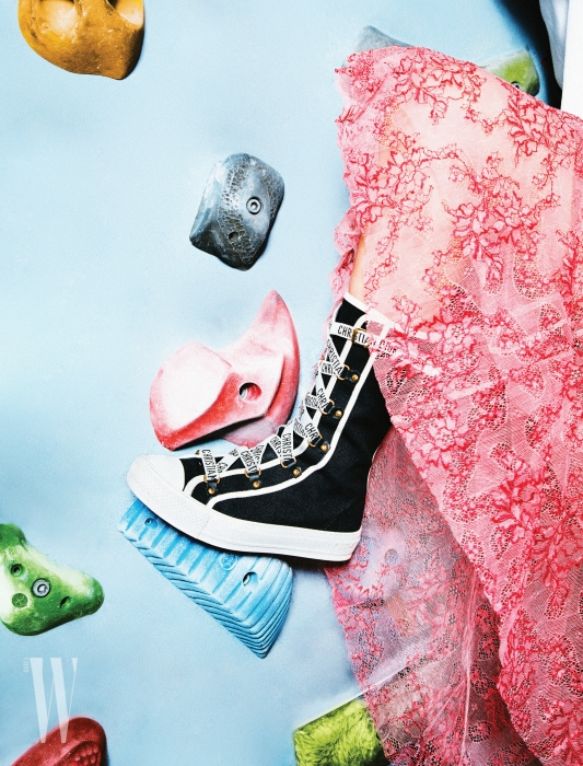 로고 레이스업 장식의 하이톱 스니커즈는 디올 제품. 1백만원대. 분홍색 레이스 스커트는 버버리 제품. 가격 미정.