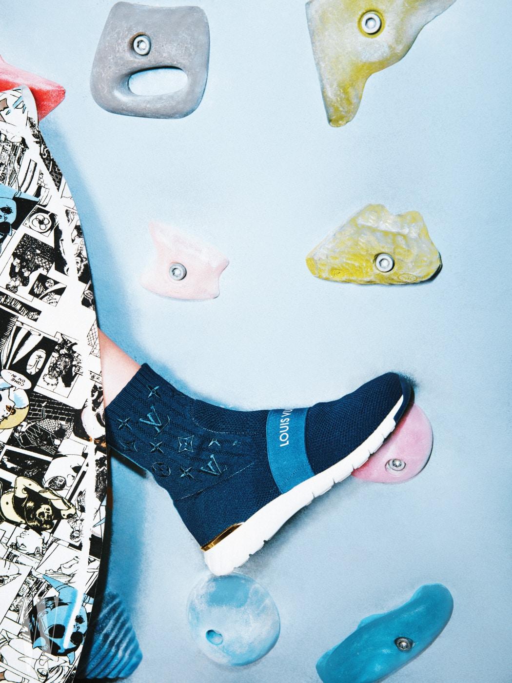 니트 소재의 로고 하이톱 스니커즈는 루이 비통 제품. 1 백20만원대. 카툰 프린트 스커트는 프라다 제품. 가격 미정.