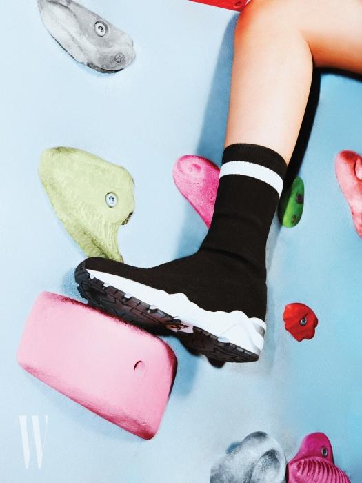 심플한 디자인의 하이톱 스니커즈는 수콤마보니 제품. 37 만8천원.