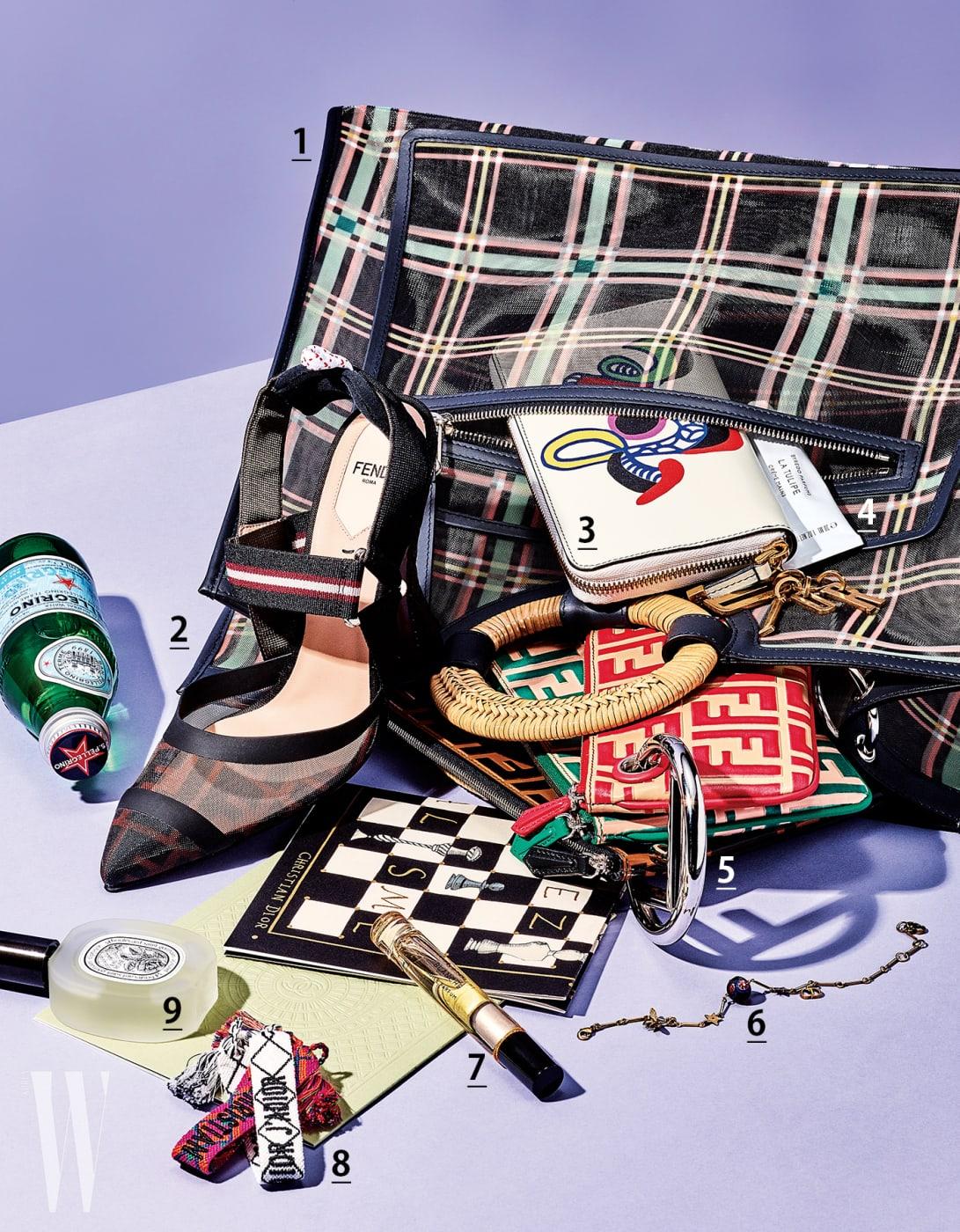 1. 그래픽 프린트의 시스루 메시 소재 빅 백은 Fendi 제품. 2. 스포티한 가죽 밴딩 장식을 더한 메시 소재 샌들은 Fendi 제품. 3. 아티스트의 터치를 더한 프린트가 돋보이는 지갑은 Dior 제품. 4. 가볍고 촉촉한 텍스처와 꽃향기가 특징인 라 튤라 핸드크림은 Byredo 제품. 5. 세 개의 더블 F 로고 장식 파우치가 달린 멀티 백은 Fendi 제품. 6. 시그너처 로고와 별 장식의 팔찌는 Dior 제품. 7. 로즈로 시작해 머스크로 마무리되는 세련된 향기의 블랑쉬 퍼퓸 오일은 Byredo 제품. 8. 술 장식의 팔찌는 Dior 제품. 9. 카멜리아 오일을 담은 헤어 미스트 오 로즈는 Diptyque 제품.