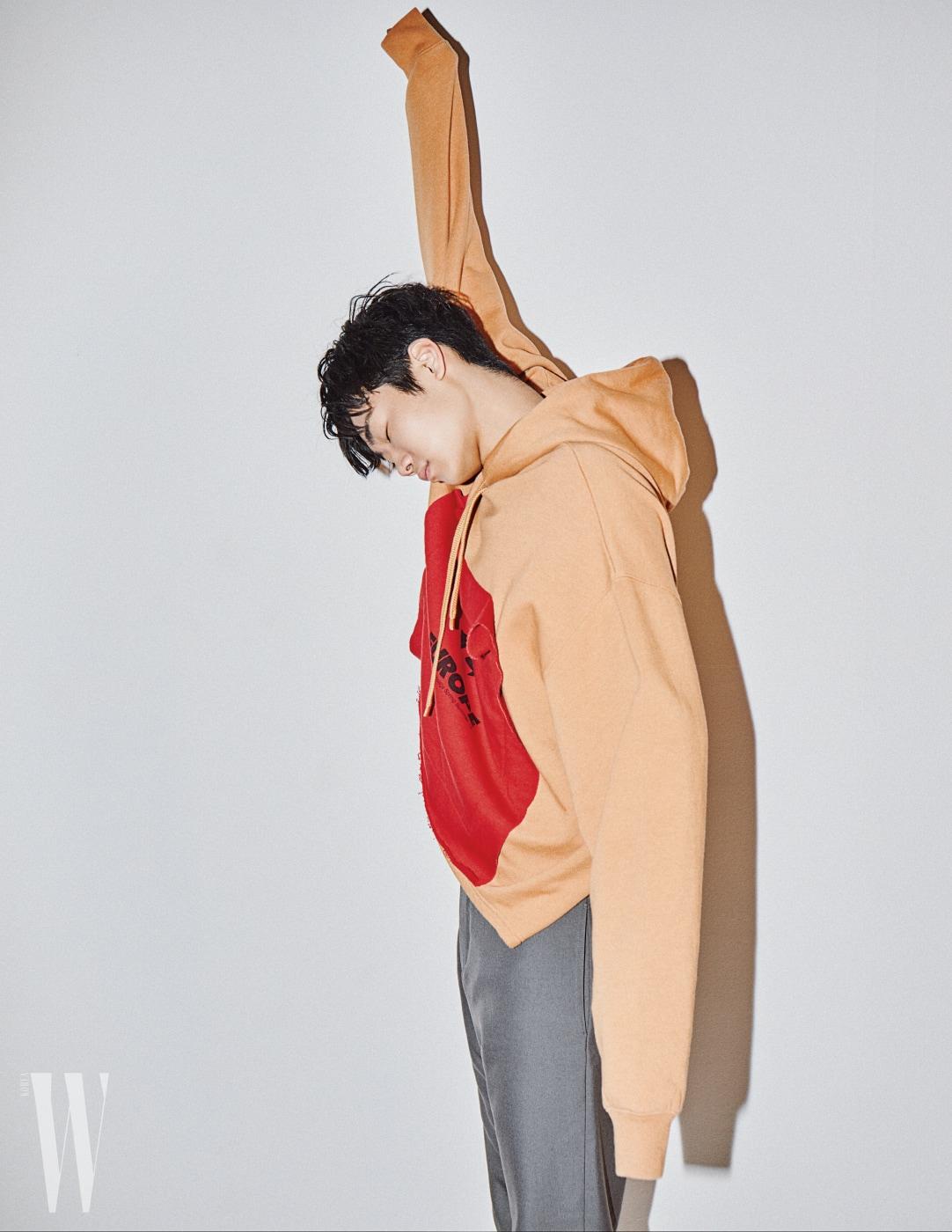 헴라인이 독특한 후디와 등산용 서모 팬츠가 연상되는 오묘한 색감의 팬츠는 발렌시아가 제품. 각 1백만원대, 가격 미정.