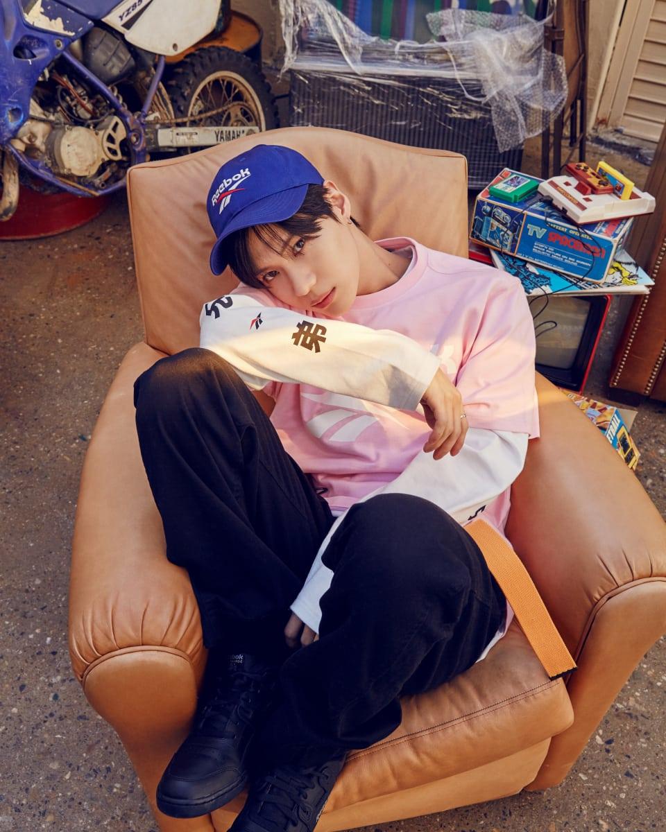 리복 벡터 로고를 강조한 볼캡, 벡터 로고 장식의 핑크색 반팔 티셔츠, 리복兄弟(형제) 프린트로 위트를 준 흰색 긴팔 티셔츠, 80년대 후반 선풍적인 인기를 끌었던 제품을 재현한 워크아웃 플러스 슈즈는 모두 Reebok Classic 제품.