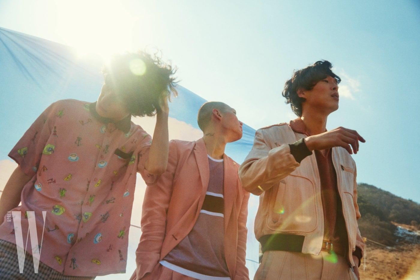 재혁이 입은 일러스트 패턴의 분홍색 셔츠와 체크 팬츠는 Fendi 제품. 노마가 입은 분홍색 슈트 재킷과 팬츠, 슬리브리스는 모두 Ermenegildo Zegna 제품. 경진이 입은 분홍색 블루종과 갈색 톱, 뱀피 장식의 가죽 팬츠, 벨트는 모두 Bottega Veneta 제품.