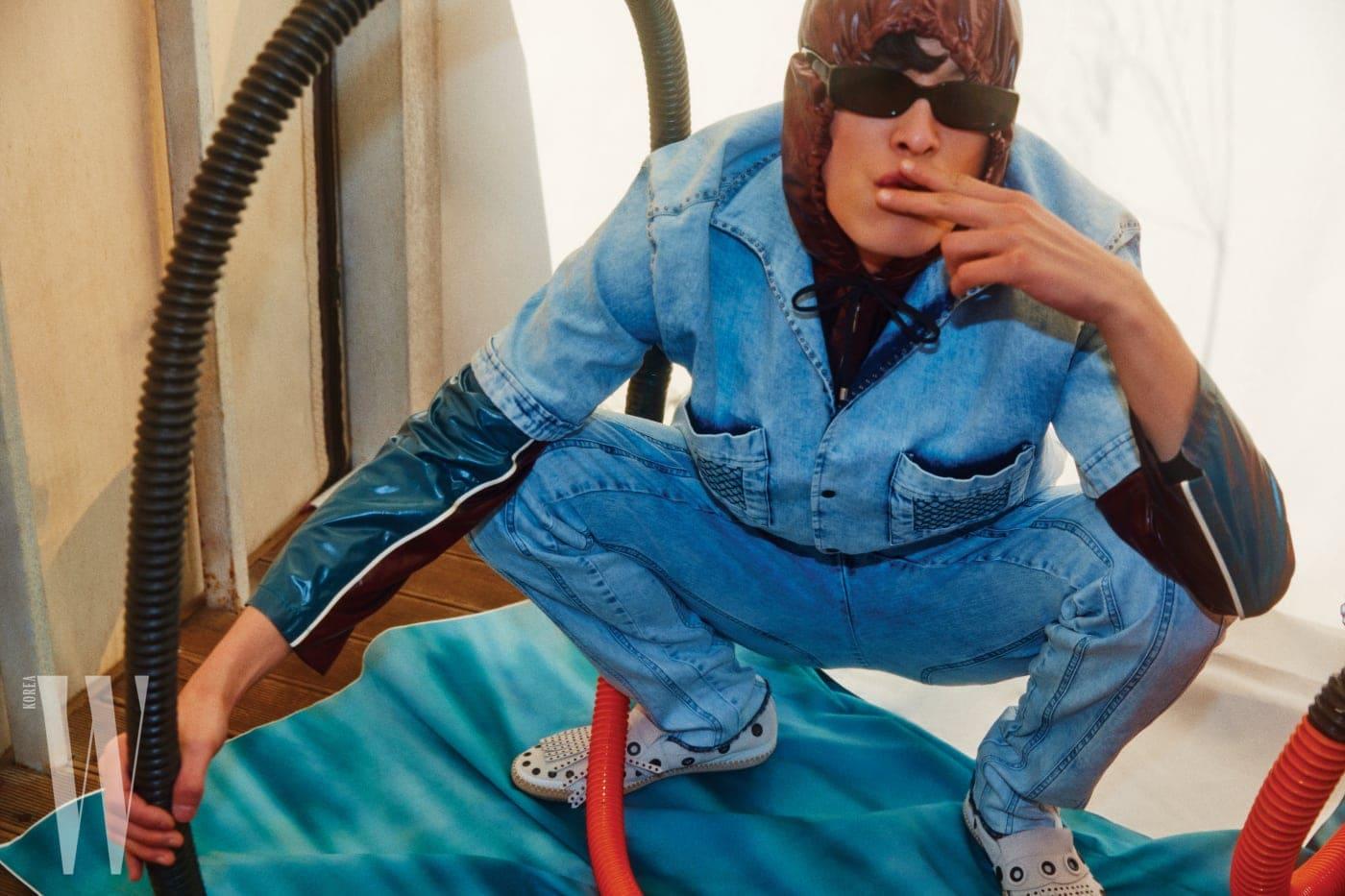 데님 셔츠와 팬츠, 슈즈는 모두 Bottega Veneta, 안에 입은 후드 트랙 재킷은 Hermes, 선글라스는 Mahrcato 제품.