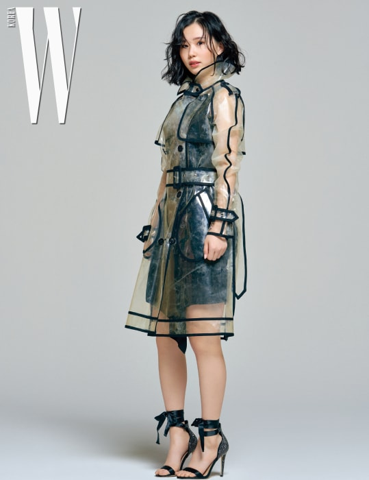 김예진이 입은 원피스는 베르수스, 투명한 레인 코트는 완다 나일론, 구두는 알도 제품.