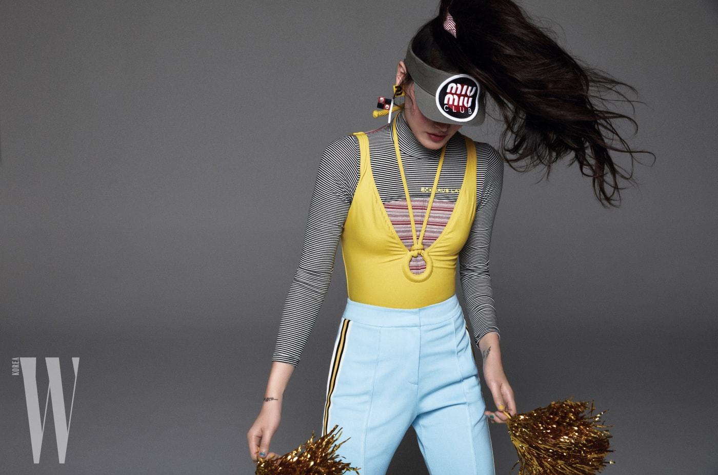 노란색 수영복은 Hermes, 터틀넥 톱은 Eckhaus Latta by Matchesfashion.com, 팬츠는 YCH, 모자와 귀고리는 Miu Miu 제품.