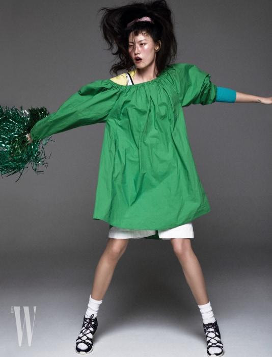 초록 드레스는 Ports 1961, 니트 톱은 Antonio Marras, 수영복은 Fila, 통 넓은 쇼츠는 Juun J., 레이스업 샌들은 Moncler 제품.