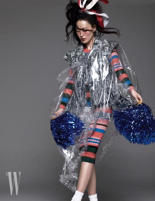 줄무늬 니트 드레스는 Stine Goya by Net-A-Porter, 트위드 재킷, PVC 케이프는 Chanel 제품.
