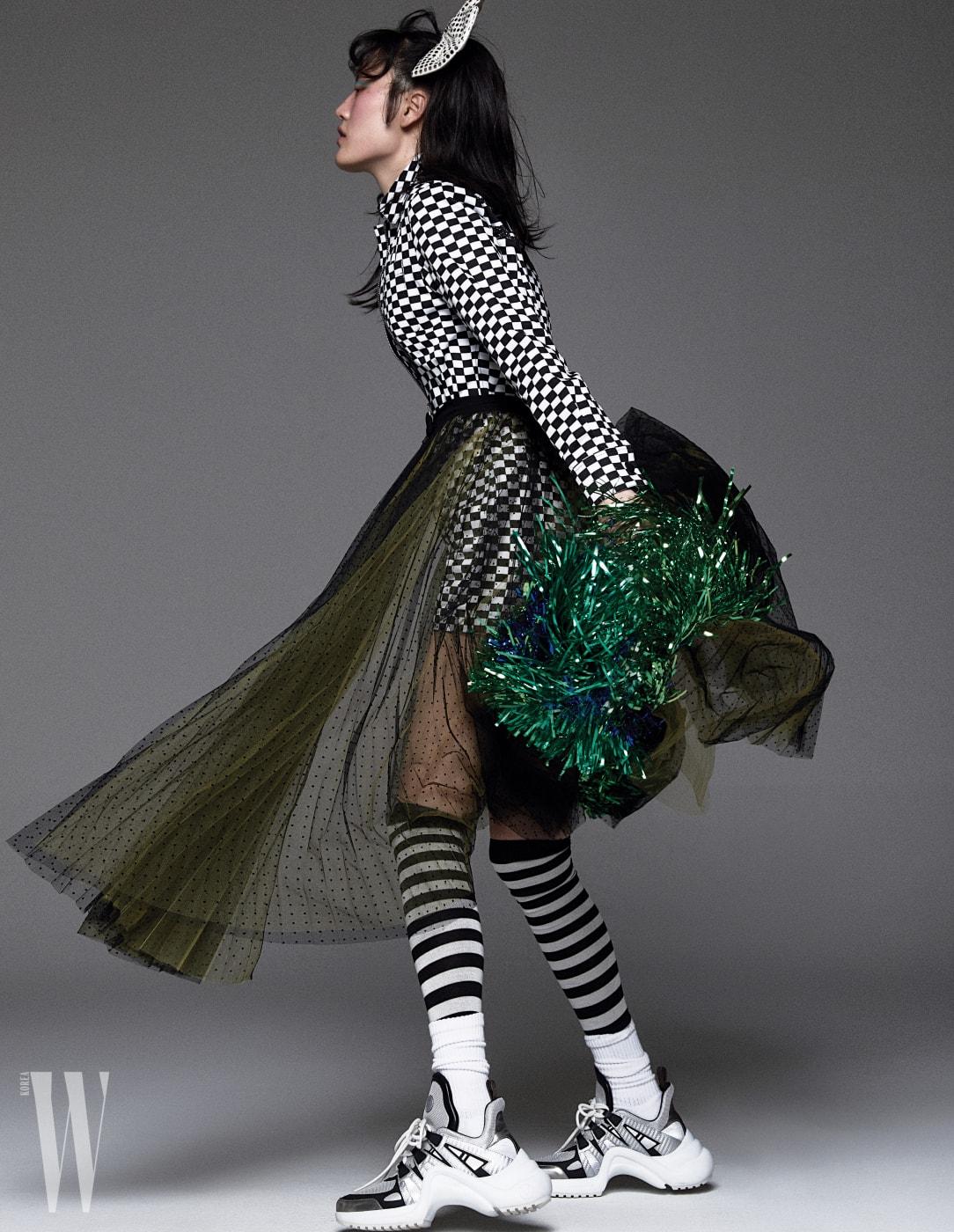 격자무늬 점프슈트, 시스루 스커트, 줄무늬 타이츠는 모두 Dior, 스니커즈는 Louis Vuitton 제품