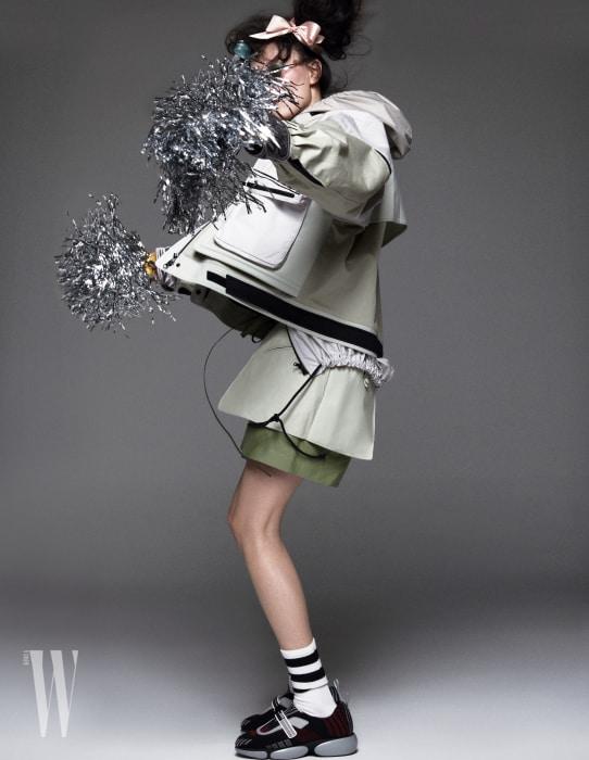 스포티 무드의 재킷과 안에 겹쳐 입은 재킷, 가죽 쇼츠는 모두 Valentino, 스니커즈는 Prada 제품.