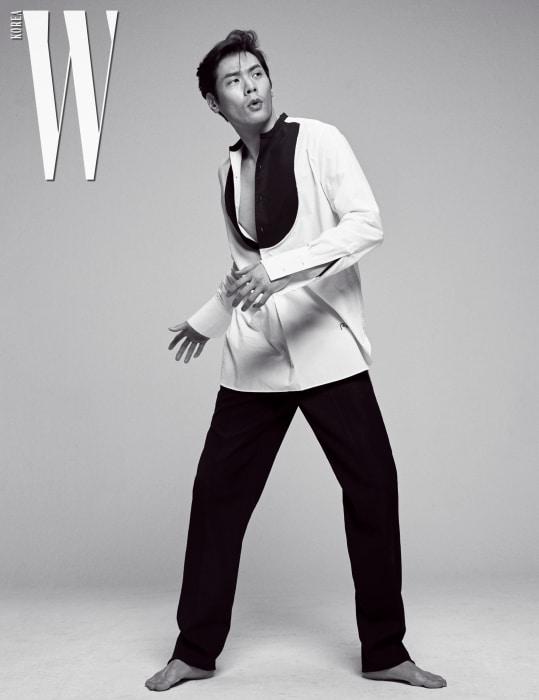 배색 셔츠는 J.W. 앤더슨 by 무이, 검은색 통넓은 팬츠는 디올 옴므 제품.