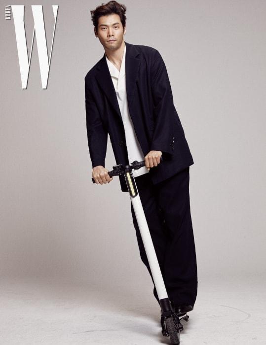 검은색 테일러드 재킷과 블라우스, 팬츠는 모두 우영미, 슈즈는 크리스티앙 루부탱 제품.
