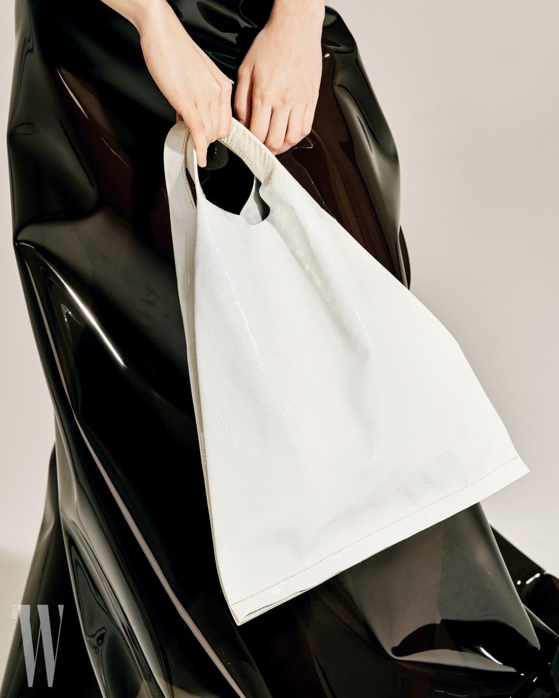하얀색 비닐 백은 코스 제품. 25만원.
