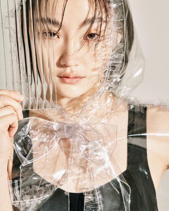큼직한 리본이 장식된 투명 비닐 케이프는 샤넬 제품. 가격 미정. 검은색 원피스 수영복은 앤아더스토리즈 제품. 7 만 9천원. 투명한 비닐로 덮인 하이힐 슈즈는 오프 화이트 X 지미추 제품. 1백만원대.
