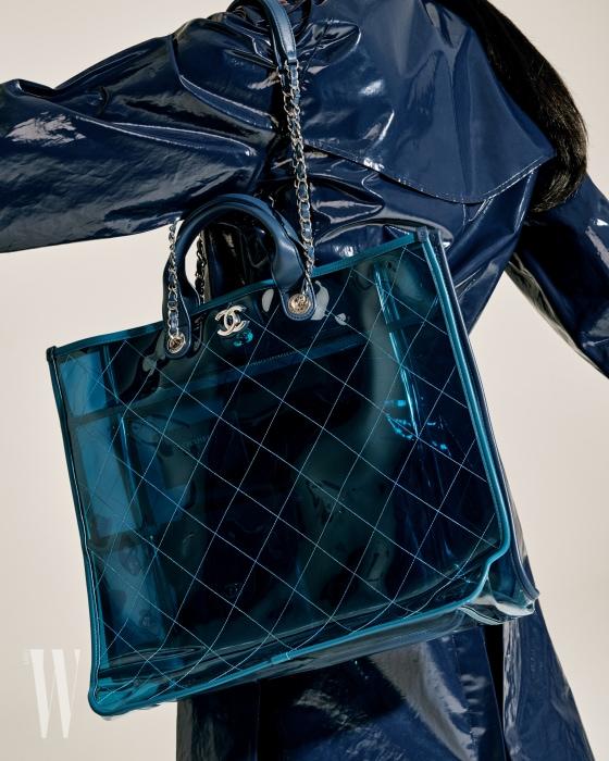 짙은 파랑 트렌치코트는 버버리 제품. 2백70만원. 푸른색 비닐 숄더백은 샤넬 제품. 가격 미정.