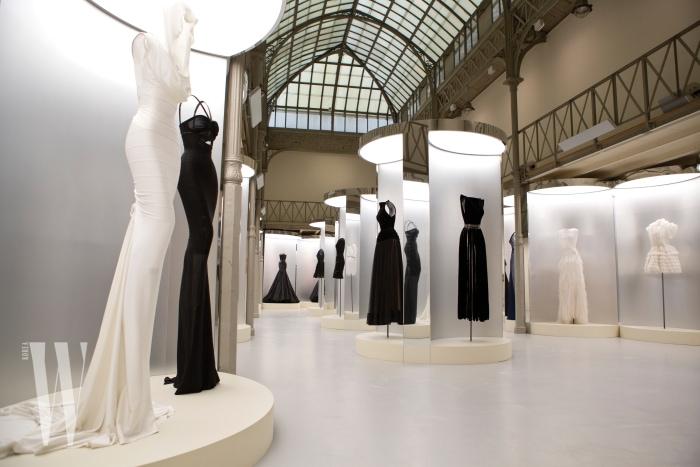 알라이아 컬렉션 쇼장으로도 사용된 의미 있는 공간에 전시된, 그의 영원한 세계를 대변하는 41벌의 룩은 큐레이터 올리비에 사이야르가 직접 선별한 것.