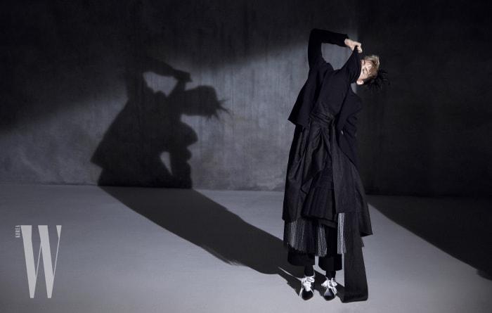 검은색 터틀넥은 Burberry, 재킷과 팬츠는 Celine, 위에 덧입은 한복 디자인의 치마는 Fleamadonna, 샤 스커트는 Dior, 레이스업 슈즈는 Giorgio Armani 제품.