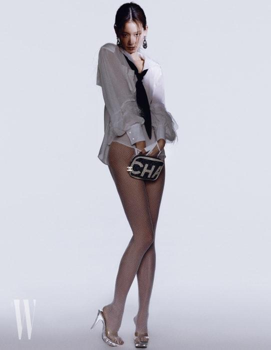 카프스킨에 PVC 소재를 더한 로고와 카멜리아 패턴 백, 타이 장식 블라우스, 샹들리에 귀고리, 글러브는 모두 Chanel 제품. 브리프, 타이츠, 슈즈는 모두 스타일리스트 소장품.