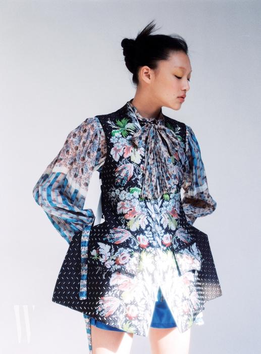 화사하게 채색한 잎사귀와 꽃을 수놓은 재킷, 소매가 넓은 블라우스, 쇼츠는 모두 루이 비통 제품. 가격 미정.