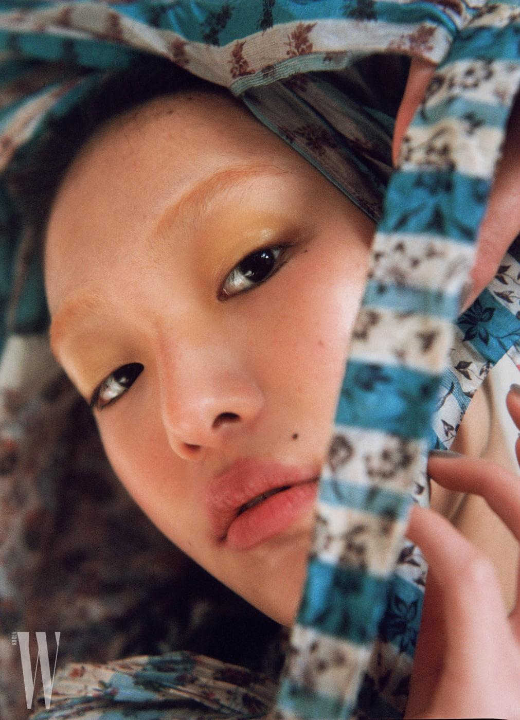 손목에 긴 매듭이 달린 블라우스는 루이 비통 제품. 가격 미정.