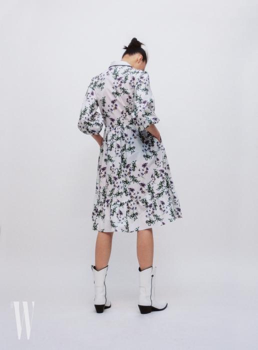 잔잔한 들꽃이 그려진 흰색 원피스는 블루마린 제품. 1백90만원대. 웨스턴 부츠는 캘빈 클라인 제품. 가격 미정.